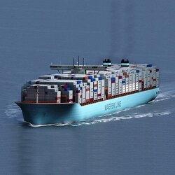 """Under fyra sekel har sjömän från hela världen ankrat Göteborgs hamn för att lossa och lasta gods från och till människor över hela världen. I början kanske de iofs inte kom från just h e l a världen men möjligheten fanns! Då var det järn och trä som dominerade – idag är det olja och containertransport. Någonstans på detta Maersk-skepp, nä – vi vet inte riktigt var, finns det containers med destination Strand Stainless AB. Och trots att det skiljer 400 år av historia ställer landkrabbor fortfarandesamma fråga när ser de stora fartygen. Vi ställer den vidare till dig denna Kristi Himmelsfärds helg när vi konstaterar: """"Ett skepp kommer lastat!"""" """"Med vaddå?"""" Ja just det - gissa'de du!"""