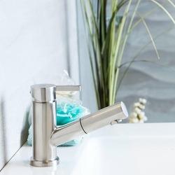 En unik tvättställsblandare med utdragbar pip. Givetvis går den att använda som bidéblandare men fungerar utmärkt på en miindre toalett där man kanske behöver fylla på en vattenkanna eller snabbt spola av saker som i normala fall inte ryms under en vanlig blandare.